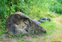 Fossile d'ammonite dans la pierre antique de granit de l'âge jurassique Images stock