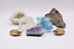 Fossiles et gemmes sur le fond blanc Photo stock