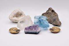 Fossili e gemme su fondo bianco Fotografia Stock