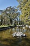 Fosso e parque em torno do castelo Fotos de Stock Royalty Free