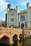Fosso e ponte ao castelo histórico neogótico na cidade de Kornik foto de stock