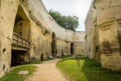 Fosso gigantesco do castelo de Brezé digged no solo em França foto de stock