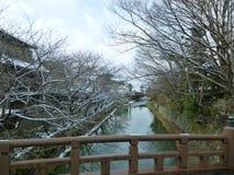 Fosso no inverno, neve de Omihachiman em árvores Imagens de Stock