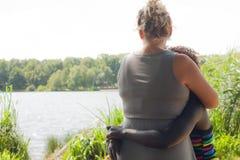 Fosterparent et son enfant Image stock
