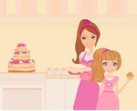Fostra att hjälpa hennes dottermatlagning i köket Arkivfoto