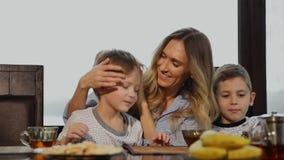 Fostra att krama och att kyssa deras barn för frukost i köket skratta för barn lager videofilmer