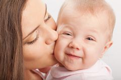Fostra att kyssa behandla som ett barn flickan Arkivbild