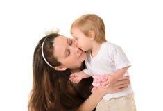Fostra att kyssa henne lite sonen royaltyfria foton
