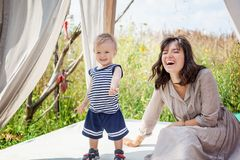 Fostra att le att skratta och att spela med hennes barn Royaltyfri Foto