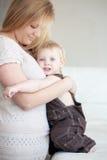 Fostra med henne barnet Fotografering för Bildbyråer