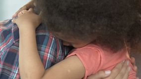 Fostra att lugna ner den adoptiv- dottern och att lita på kvinnliga förhållanden som kramar arkivfilmer