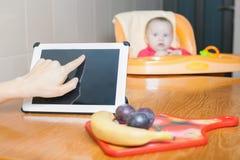 Fostra att söka efter recept av förberedelsen av behandla som ett barn mat Arkivbild