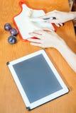 Fostra att söka efter recept av förberedelsen av behandla som ett barn mat Fotografering för Bildbyråer