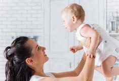 Fostra att spela med dottern som rymmer upp henne Arkivfoto