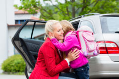 Fostra att trösta dottern på den första dagen på skolan royaltyfria bilder