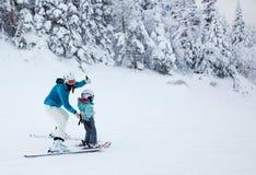 Fostra att undervisa hennes barn att skida på Mont-Tremblant arkivbilder