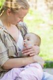 Fostra breastfeeds Fotografering för Bildbyråer