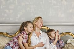Fostra dagen för ` s och att skratta, den lyckliga familjen, modern, dottern, barn royaltyfri foto
