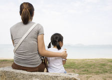 Fostra för förälskelsehjärta för det kvinnliga barnet begreppet för förhållandet det omsorg givna Arkivfoton