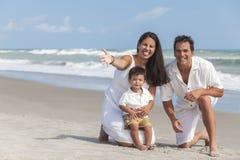 Fostra, fader- & pojkebarnfamiljen som har gyckel på stranden Royaltyfria Bilder