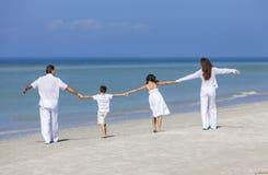 Fostra, fadern och barnfamiljen som går på strand Royaltyfri Bild