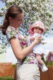 Fostra innehav henne barnet Arkivfoton