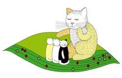 Fostra katten med tre kattungar Royaltyfria Foton