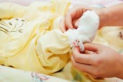 Fostra klänningar som hon behandla som ett barn Royaltyfri Foto