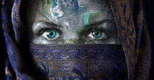 Fostra kvinnlig jord vänder mot