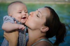 Fostra kyssar henne sonen Fotografering för Bildbyråer
