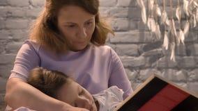 Fostra läseboken till den lilla dottern, ungen som hemma ligger på föräldervarvar, och den lyssnande svansen, familjbegrepp, inom lager videofilmer