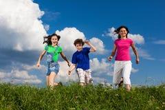 Fostra med att hoppa för ungar Arkivbilder