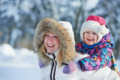 Fostra med barnet på vintern Arkivfoto