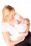 Fostra med behandla som ett barn breastfeeding Arkivfoto