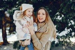 Fostra med dottern arkivbild