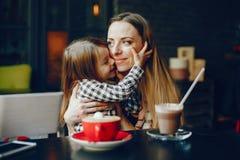 Fostra med dottern arkivfoto