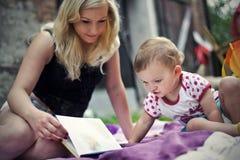 Fostra med dottern Fotografering för Bildbyråer