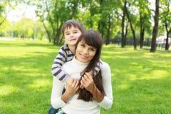 Fostra med henne den utomhus- sonen Royaltyfri Fotografi