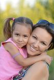 Fostra med henne dottern Arkivfoto