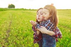 Fostra med henne dottern fotografering för bildbyråer