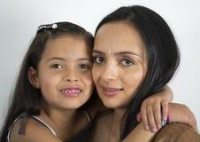 Fostra med henne dottern Royaltyfri Foto