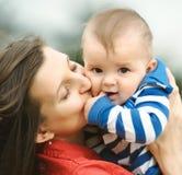 Fostra med henne sonen Arkivbild