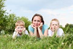 Fostra med henne två sons utomhus royaltyfri bild