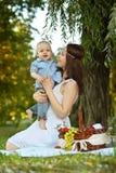 Fostra med lite sonen Royaltyfri Foto