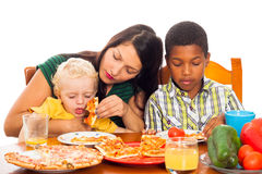 Fostra med ungar som äter pizza Royaltyfria Foton
