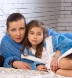 Fostra, och dottern är i den samma blåttskruden royaltyfria foton