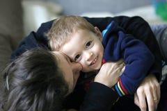 Fostra och barnet Arkivbilder