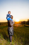 Fostra och barnet Fotografering för Bildbyråer