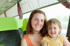 Fostra och barnet i autobus Royaltyfria Bilder
