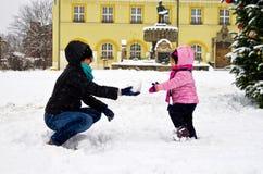 Fostra och barnet i snow Royaltyfria Bilder